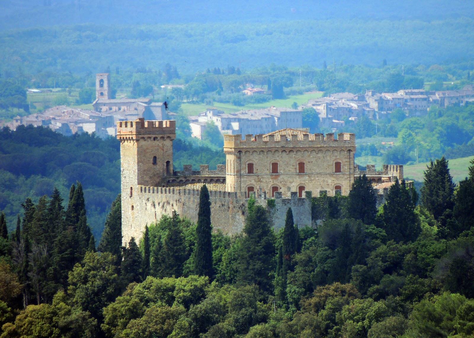 Il castello con Colle di Val d'Elsa in secondo piano