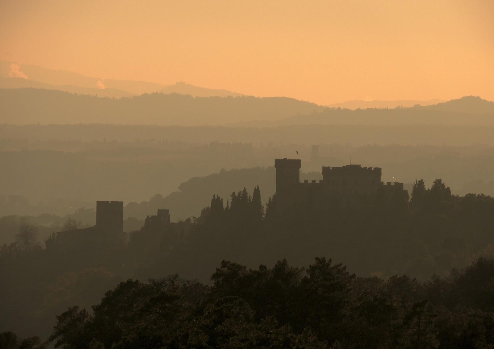 Il castello e la torre di Luco al tramonto