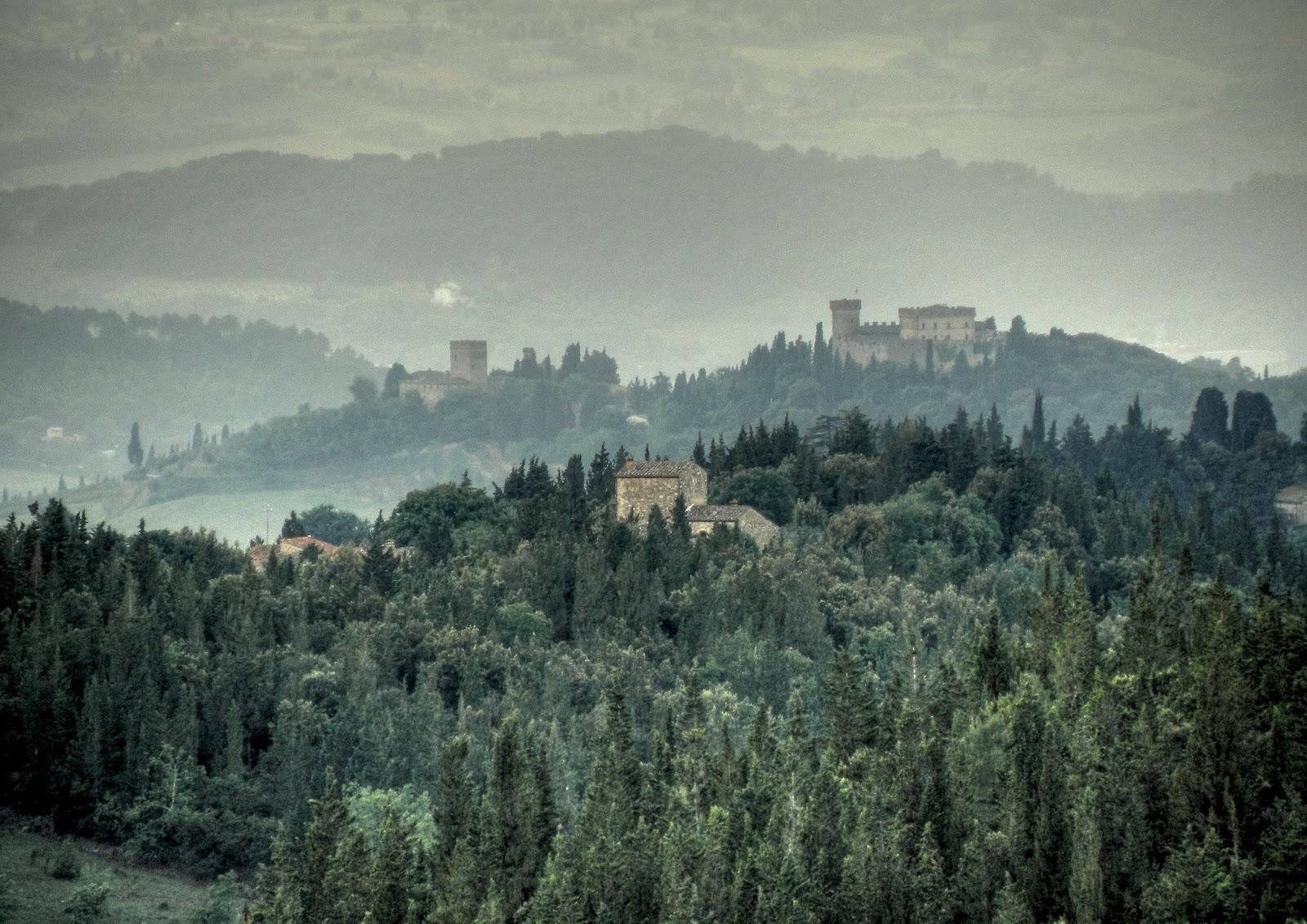 La collina che ospita il castello dalla strada che porta a Castellina in Chianti