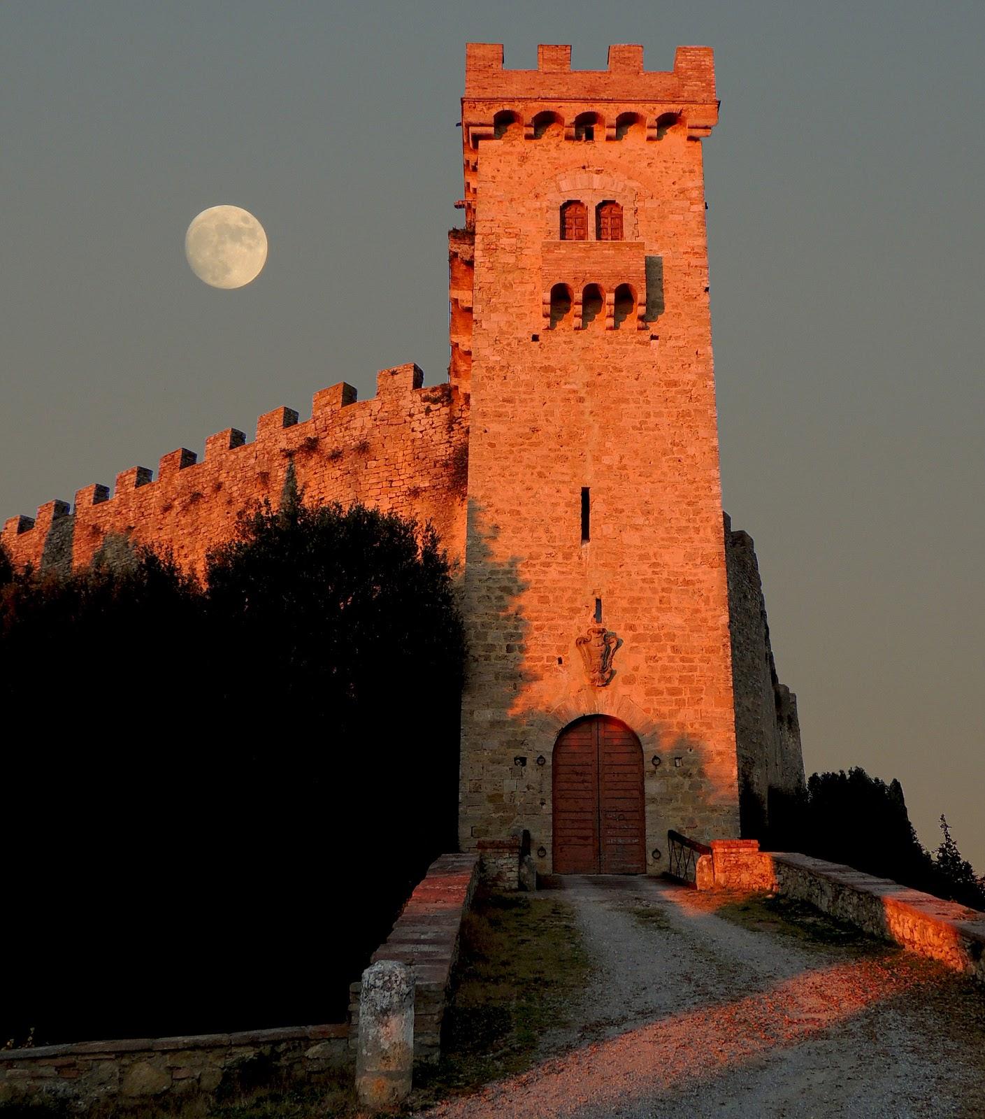 La torre di ingresso e la luna piena