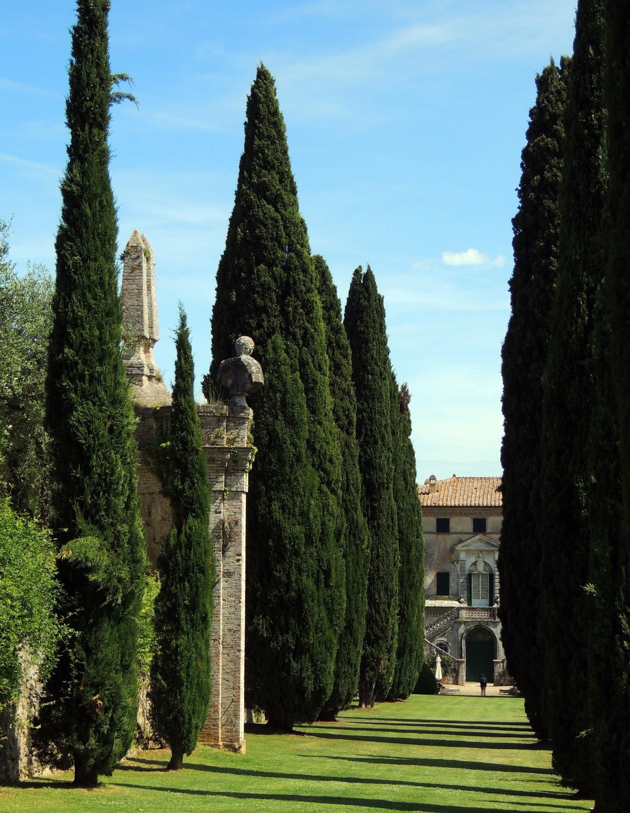 La villa in fondo al viale di cipressi che conduce alla Scala Santa