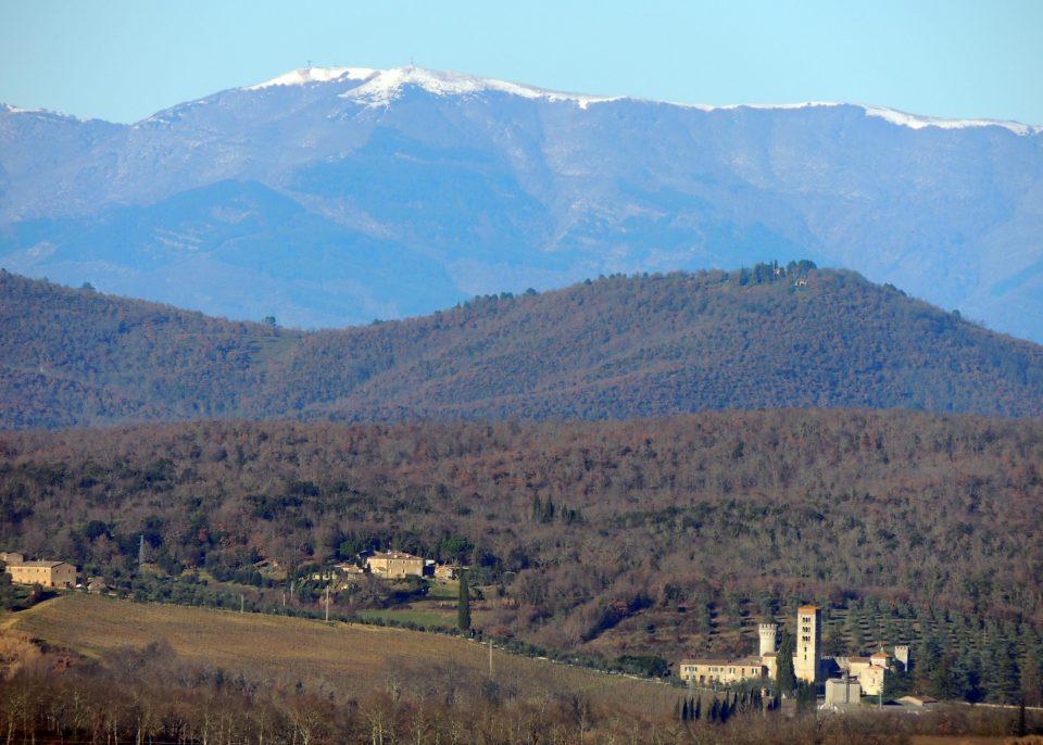 Badia a Monastero in lontanaza