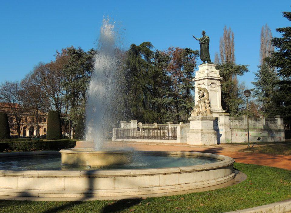 Mantova - statua Virgilio